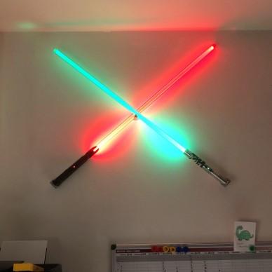 Supporto incrociato per due spade laser a X per muro.